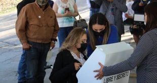 Acude Claudia Anaya a Votar